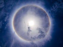 Fenomeno di alone di Sun su cielo blu fotografie stock libere da diritti