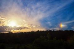 Fenomeno di un alone solare nel cielo Fotografia Stock