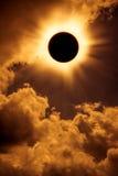 Fenomeno naturale Spazio di eclissi solare con la nuvola sul cielo dell'oro Fotografia Stock Libera da Diritti
