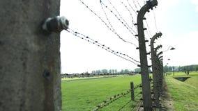 Fense elétrico Auschwitz II, um acampamento nazista anterior Oswiecim da exterminação, Polônia video estoque