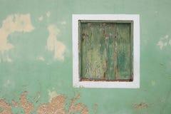 Fenster in abgefressener Wand mit den Fensterläden geschlossen Stockbilder