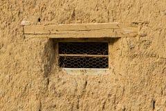 Fenster in Adobe-Haus Lizenzfreie Stockfotografie