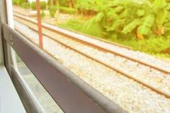 Fenster alt von der Zugfahrtreise in der Landschaft mit Sonnenlicht wählen Sie Fokus mit flacher Schärfentiefe und unscharfen Hin lizenzfreie stockfotografie