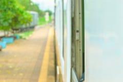 Fenster alt von der Zugfahrtreise in der Landschaft mit Sonnenlicht wählen Sie Fokus mit flacher Schärfentiefe und unscharfen Hin lizenzfreie stockbilder