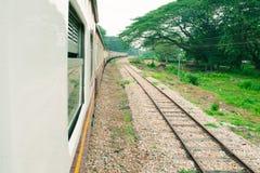 Fenster alt von der Zugfahrtreise in der Landschaft mit Sonnenlicht wählen Sie Fokus mit flacher Schärfentiefe und unscharfen Hin stockfoto