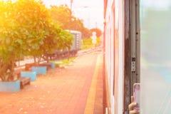 Fenster alt von der Zugfahrtreise in der Landschaft mit Sonnenlicht wählen Sie Fokus mit flacher Schärfentiefe und unscharfen Hin lizenzfreie stockfotos