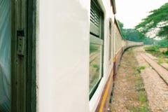 Fenster alt von der Zugfahrtreise in der Landschaft wählen Sie Fokus mit flacher Schärfentiefe und unscharfen Hintergrund vor stockfotos