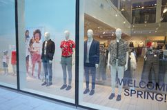 Fenster-Anzeige des h- u. m-Speichers in Bracknell, England Stockfotos