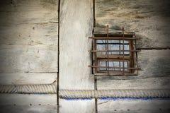 Fenster auf altem traditionellem hölzernem Gebäude Stockfoto