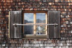 Fenster auf alter bayerischer Hütte Lizenzfreie Stockfotos