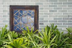 Fenster auf Backsteinmauer Stockbild