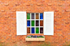 Fenster auf Backsteinmauer. Stockbilder