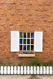 Fenster auf Backsteinmauer. Stockbild