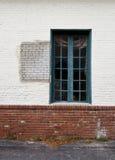Fenster auf Backsteinmauer Stockfotografie