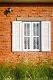 Fenster auf Backsteinmauer Stockfotos