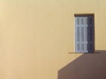 Fenster auf beige Wand. Santorini, Griechenland Lizenzfreies Stockfoto