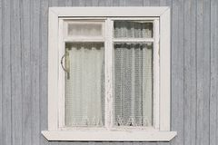 Fenster auf der alte Holzhäuser gemalten Wand Lizenzfreie Stockfotos