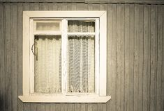 Fenster auf der alte Holzhäuser gemalten Wand getont Stockbilder