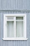 Fenster auf der alte Holzhäuser gemalten Wand Selektiver Fokus Lizenzfreie Stockfotos