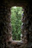 Fenster auf der alten Steinwand Stockfotos