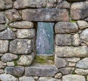 Fenster auf der alten Steinwand Stockfotografie