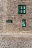 Fenster auf der Wand eines historischen Gebäudes Stockbild