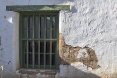 Fenster auf einem alten Gebäude des luftgetrockneten Ziegelsteines, das Verschleißerscheinung und die Schale zeigt Stockfoto