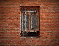 Fenster auf gealterter Backsteinmauer wand mit getrocknetem Efeu Stockfoto