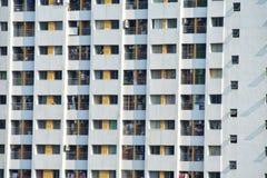 Fenster auf Gebäude am sonnigen Tag Stockfoto