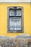 Fenster auf gelber Wand Stockbilder