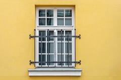 Fenster auf gelber Wand lizenzfreie stockfotos