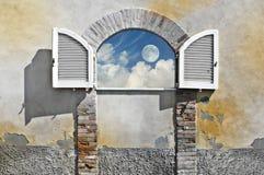 Fenster auf Himmel Lizenzfreie Stockfotografie