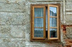 Fenster auf Pflasterwand Stockfotografie