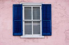 Fenster auf rosafarbener Wand Lizenzfreie Stockbilder