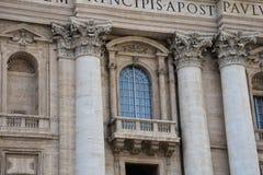 Fenster auf St- Peter` s Basilika lizenzfreies stockbild