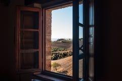 Fenster auf Toskana-Hügeln lizenzfreies stockfoto