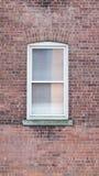 Fenster auf Ziegelsteinrotwand Lizenzfreie Stockfotografie