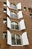 Fenster-Blendenverschlüsse auf Ziegelsteingebäude Lizenzfreie Stockfotos