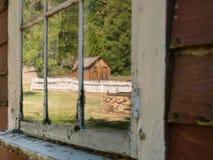 Fenster, das alte Kabine reflektiert Stockfotos