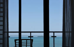 Fenster, das blaues Meer übersieht Stockfoto