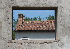 Fenster, das ein Verzichtgutshaus gestaltet Lizenzfreie Stockfotos