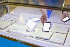Fenster, das Handy anzeigt Stockfotografie