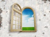 Fenster, das zum blauen Himmel sich öffnet Lizenzfreies Stockbild