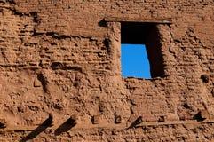 Fenster in den Gebäuderuinen des luftgetrockneten Ziegelsteines im New Mexiko Stockfoto