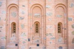 Fenster in der alten Steinwand lizenzfreie stockfotos
