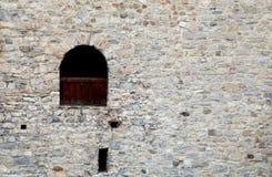 Fenster in der alten Steinwand des mittelalterlichen Schlosses lizenzfreies stockbild