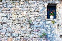 Fenster in der alten typischen Steinwand Stockfoto