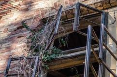 Fenster der alten Villa Stockfotos