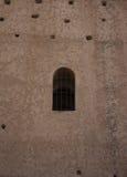 Fenster in der alten Wand Meknes lizenzfreie stockfotos