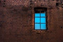 Fenster an der Backsteinmauer Stockfotos